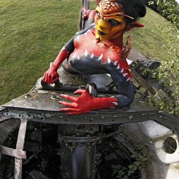 GEEK ART - Bodypainting meets SciFi, Fantasy and more: Photoshooting mit Model Barbara als Tank-Devil auf einem Truppenübungsplatz mit Panzerwracks. Langenhagen, 10.07.2017 - Ein Projekt des Fotografen Tschiponnique Skupin und des Bodypainters und Transformakers Enrico Lein