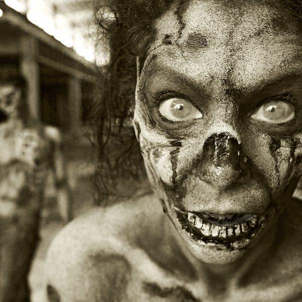 GEEK ART - Bodypainting meets SciFi, Fantasy and more: Zombie-Apokalypse Photoshooting mit den Models Barbara und Paul als Zombies im Ihme-Zentrum. Hannover, 25.07.2018 - Ein Projekt des Fotografen Tschiponnique Skupin und des Bodypainters und Transformakers Enrico Lein